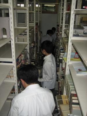 図書室引っ越し作業の様子写真 学校紹介 校訓学校長あいさつ教育目標教育活動沿革 図書室の本の引っ