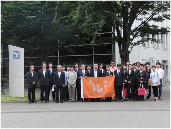 1号館前にて Group Photo in front of Building #1