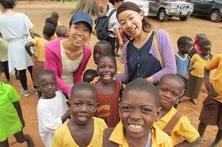 近くの村に住む子供達と協力隊同期との写真